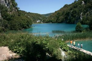 800px-Plitvice_Lakes_1[1]