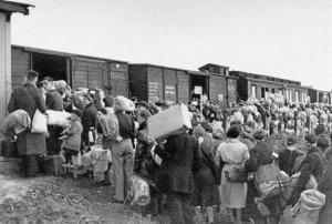 deportados-judios-subiendo-los-trenes-que-les-llevarian-auschwitz-1437405935729[1]